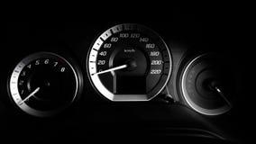 Κλείστε αυξημένος ενός μετρητή ταχύτητας στο αυτοκίνητο πολυτέλειας με δραματικό ελαφρύ, συγκρατημένος στοκ εικόνες
