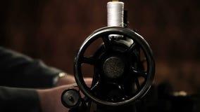 Κλείστε αυξημένος ενός ράφτη πίσω από μια ράβοντας μηχανή απόθεμα βίντεο