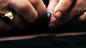 Κλείστε αυξημένος ενός ράφτη που ράβει ένα κουμπί φιλμ μικρού μήκους