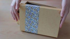 Κλείστε αυξημένος κιβωτίου δώρων χεριών γυναικών ` s του ήπια κοντά όμορφου απόθεμα βίντεο