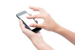 Κλείστε αυξημένος μιας γυναίκας που δακτυλογραφεί στο κινητό έξυπνο τηλέφωνο στοκ εικόνες