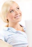 Κλείστε αυξημένος της συνεδρίασης γυναικών με το ασημένιο PC στοκ φωτογραφίες