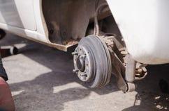 Κλείστε αυξημένος τον άξονα ροδών του οχήματος αυτοκινήτων αφαιρέθηκε sele στοκ φωτογραφίες με δικαίωμα ελεύθερης χρήσης