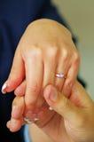 Κλείστε αυξημένος του άνδρα που κρατά ένα χέρι μιας γυναίκας στοκ εικόνες