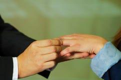 Κλείστε αυξημένος του ατόμου που βάζει το δαχτυλίδι σε ετοιμότητα φίλων του Στοκ φωτογραφίες με δικαίωμα ελεύθερης χρήσης