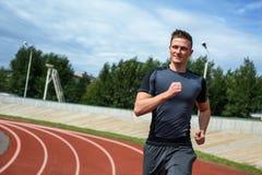 Κλείστε αυξημένος του ευτυχούς τρέχοντας ατόμου στο στάδιο στοκ φωτογραφίες με δικαίωμα ελεύθερης χρήσης