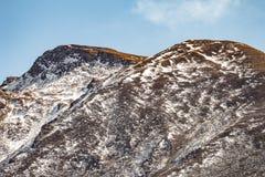Κλείστε αυξημένος του καφετιού βουνού με το χιόνι και καλύψτε στην κορυφή στην κοιλάδα Thangu και Chopta το χειμώνα σε Lachen Βόρ Στοκ Εικόνα