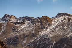 Κλείστε αυξημένος του καφετιού βουνού με το χιόνι και καλύψτε στην κορυφή στην κοιλάδα Thangu και Chopta το χειμώνα σε Lachen Βόρ Στοκ Εικόνες