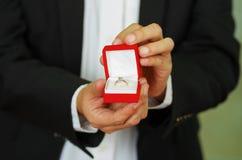 Κλείστε αυξημένος του κιβωτίου δαχτυλιδιών εκμετάλλευσης ατόμων στοκ φωτογραφίες με δικαίωμα ελεύθερης χρήσης