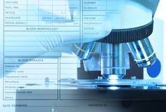 Κλείστε αυξημένος του μικροσκοπίου στο εργαστήριο αίματος και τη διεθνή εφαρμογή ιατρικής ασφάλειας ταξιδιού στοκ εικόνες