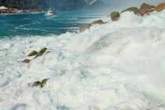 Κλείστε αυξημένος του νερού που πέφτει στους καταρράκτες του Νιαγάρα στοκ εικόνα με δικαίωμα ελεύθερης χρήσης