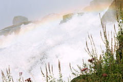 Κλείστε αυξημένος του νερού που πέφτει στους καταρράκτες του Νιαγάρα στοκ φωτογραφία με δικαίωμα ελεύθερης χρήσης