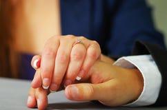 Κλείστε αυξημένος του χεριού γυναικών κρατώντας έναν άνδρα στοκ φωτογραφία με δικαίωμα ελεύθερης χρήσης