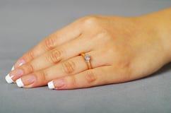 Κλείστε αυξημένος του χεριού κοριτσιών που φορά το δαχτυλίδι στοκ εικόνα με δικαίωμα ελεύθερης χρήσης