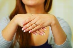 Κλείστε αυξημένος του χεριού κοριτσιών που φορά το δαχτυλίδι στοκ φωτογραφίες