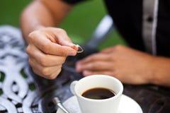 Κλείστε αυξημένος του χεριού του νεόνυμφου Στοκ φωτογραφία με δικαίωμα ελεύθερης χρήσης