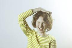 Κλείστε αυξημένος του όμορφου καυκάσιου κοριτσιού σπουδαστών με την τρίχα πιπεροριζών και των φακίδων που φορούν το πουκάμισο ναυ Στοκ Φωτογραφίες