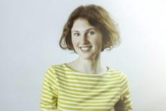 Κλείστε αυξημένος του όμορφου καυκάσιου κοριτσιού σπουδαστών με την τρίχα πιπεροριζών και των φακίδων που φορούν το πουκάμισο ναυ Στοκ φωτογραφία με δικαίωμα ελεύθερης χρήσης