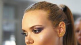 Κλείστε αυξημένος του hairstylist που βουρτσίζει μια πρότυπη τρίχα ` s κάνοντας τρίχα- Ο κομμωτής κάνει hairstyle για το πρότυπο απόθεμα βίντεο