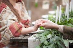 Κλείστε αυξημένος των θηλυκών και αρσενικών χεριών εκμετάλλευσης Στοκ Εικόνα
