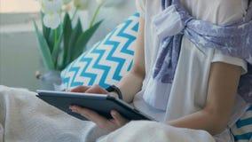 Κλείστε αυξημένος των θηλυκών χεριών που χρησιμοποιεί μια συσκευή για το πανεπιστήμιο στο σπίτι φιλμ μικρού μήκους