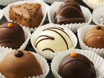 Κλείστε αυξημένος των σοκολατών σε μια σειρά στοκ εικόνες