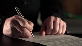 Κλείστε αυξημένος των χεριών επιχειρηματιών που υπογράφει το έγγραφο για την επιχείρηση μεταφοράς απόθεμα βίντεο