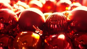 Κλείστε επάνω, λαμπρές κόκκινες και χρυσές διακοσμήσεις σφαιρών Χριστουγέννων στο νέο φως έτους πρωινού απόθεμα βίντεο