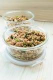 Κλείστε επάνω ανακατώνει το τηγανισμένους κομματιασμένους χοιρινό κρέας και το βασιλικό Στοκ φωτογραφία με δικαίωμα ελεύθερης χρήσης