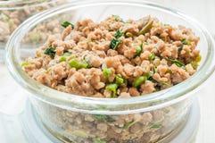Κλείστε επάνω ανακατώνει το τηγανισμένους κομματιασμένους χοιρινό κρέας και το βασιλικό Στοκ εικόνες με δικαίωμα ελεύθερης χρήσης