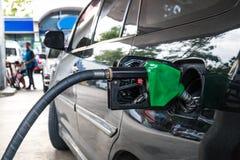 Κλείστε επάνω, ανεφοδιασμός σε καύσιμα αυτοκινήτων στο πρατήριο καυσίμων Αντλία καυσίμων με τη βενζίνη Στοκ Εικόνα