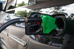 Κλείστε επάνω, ανεφοδιασμός σε καύσιμα αυτοκινήτων στο πρατήριο καυσίμων Αντλία καυσίμων με τη βενζίνη Στοκ Εικόνες