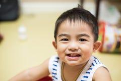Κλείστε επάνω, λατρευτό χαμόγελο μικρών παιδιών Στοκ Εικόνες