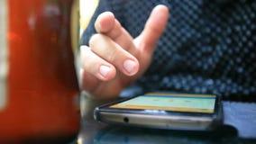 Κλείστε επάνω ατόμων στο smartphone, κατανάλωση απόθεμα βίντεο
