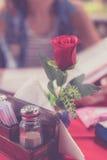 Κλείστε επάνω αυξήθηκε στο εστιατόριο και τη γυναίκα με τις επιλογές που επιλέγει τα πιάτα στο εστιατόριο σε ένα θολωμένο υπόβαθρ Στοκ Εικόνες