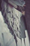 Κλείστε επάνω εκλεκτής ποιότητας δαντελλωτός doily στο παλαιό πιάνο Στοκ Φωτογραφίες