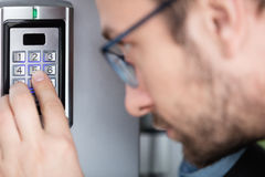 Κλείστε επάνω ενός ατόμου που πληκτρολογεί τον κωδικό συστημάτων ασφαλείας Στοκ εικόνες με δικαίωμα ελεύθερης χρήσης