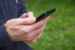 Κλείστε επάνω ενός ατόμου χρησιμοποιώντας το κινητό έξυπνο τηλέφωνο Στοκ εικόνα με δικαίωμα ελεύθερης χρήσης