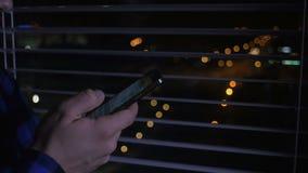 Κλείστε επάνω ενός ατόμου χρησιμοποιώντας το κινητό smartphone τη νύχτα απόθεμα βίντεο