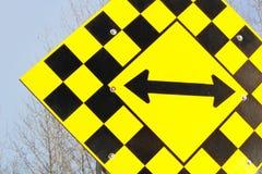 Κλείστε επάνω ενός αδιεξόδου με το σημάδι βελών κατεύθυνσης Στοκ Εικόνα