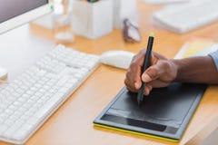 Κλείστε επάνω ενός γραφικού σχεδιαστή χρησιμοποιώντας την ταμπλέτα γραφικής παράστασης Στοκ φωτογραφίες με δικαίωμα ελεύθερης χρήσης