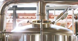 Κλείστε επάνω ενός εμπορευματοκιβωτίου χάλυβα για να κάνετε την μπύρα απόθεμα βίντεο