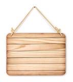 Κλείστε επάνω ενός κενού ξύλινου σημαδιού που κρεμά σε ένα σχοινί στην άσπρη πλάτη στοκ φωτογραφία