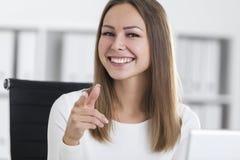 Κλείστε επάνω ενός κοριτσιού στο λευκό που δείχνει σε σας Στοκ εικόνα με δικαίωμα ελεύθερης χρήσης