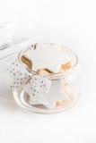 Κλείστε επάνω ενός συνόλου βάζων γυαλιού με τα σπιτικά μπισκότα αστεριών Χριστουγέννων πέρα από το άσπρο χνουδωτό υπόβαθρο Στοκ φωτογραφία με δικαίωμα ελεύθερης χρήσης