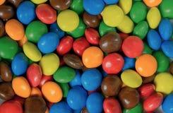 Κλείστε επάνω ενός σωρού της ζωηρόχρωμης καλυμμένης με σοκολάτα καραμέλας Στοκ Εικόνες