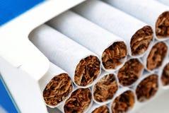 Σωρός των τσιγάρων στο πακέτο στοκ εικόνες με δικαίωμα ελεύθερης χρήσης