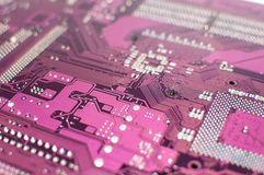Κλείστε επάνω ενός τυπωμένου πορφυρού πίνακα κυκλωμάτων υπολογιστών Στοκ Φωτογραφία