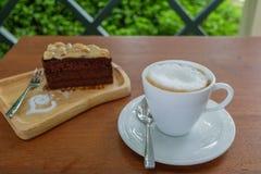 Κλείστε επάνω ενός φλιτζανιού του καφέ και ενός κέικ Στοκ εικόνες με δικαίωμα ελεύθερης χρήσης