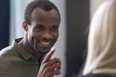 Κλείστε επάνω ενός χαμογελώντας νέου αφρικανικού ατόμου που δείχνει το δάχτυλο Στοκ φωτογραφία με δικαίωμα ελεύθερης χρήσης